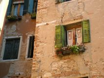 Ventana romántica de Venecia en Italia Foto de archivo