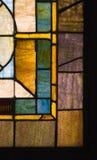 Ventana silenciada de la iglesia del vidrio manchado de la vendimia de los colores imagenes de archivo