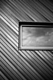 Ventana sobre una textura del fondo del metal plateado imagen de archivo