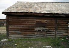 Ventana subida-para arriba en una casa de madera abandonada vieja Imagenes de archivo