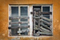 Ventana subida-para arriba vieja dos en la pared Fotografía de archivo libre de regalías