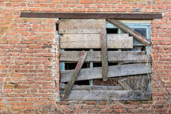 Ventana subida-para arriba vieja en la pared de ladrillo Imagen de archivo libre de regalías