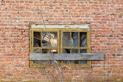 Ventana subida-para arriba vieja en la pared de ladrillo Fotografía de archivo libre de regalías