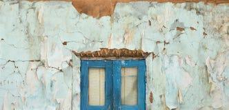 Ventana sucia vieja en la pared Imagenes de archivo