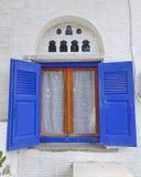 Ventana típica de la casa de isla mediterránea Imagen de archivo libre de regalías
