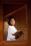 Ventana tailandesa de la casa de madera de la teca de la mujer Imagen de archivo