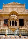 Ventana tallada en el palacio de Mandir, Jaisalmer, Rajasthán, la India Fotografía de archivo