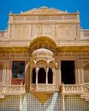 Ventana tallada en el palacio de Mandir, Jaisalmer, Rajasthán, la India Fotos de archivo