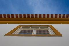 Ventana, tejado y un cielo azul Foto de archivo libre de regalías