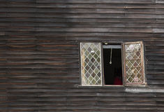 Ventana torcida en una casa vieja torcida foto de archivo libre de regalías