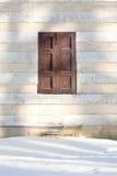Ventana tradicional con los obturadores de madera. Fotos de archivo libres de regalías