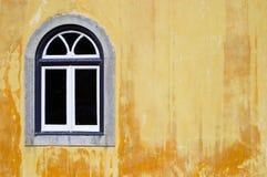 Ventana tradicional en fondo amarillo Fotos de archivo libres de regalías