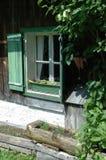 Ventana verde de la cabaña de la montaña Imagen de archivo libre de regalías