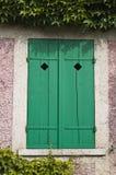 Ventana verde en alguna parte en Francia Foto de archivo libre de regalías