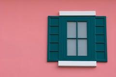 Ventana verde en la pared rosada. Foto de archivo libre de regalías