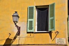 Ventana verde y amarilla mediterránea imágenes de archivo libres de regalías