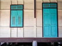 Ventana verde y la puerta hecha del estilo tailandés de madera Imagenes de archivo