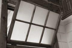 Ventana vieja abierta al aire Foto de archivo