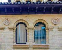 Ventana vieja acabada en el arco I Foto de archivo libre de regalías