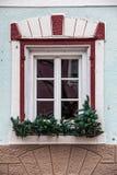 Ventana vieja con las decoraciones y las plantas en conserva Fotos de archivo libres de regalías