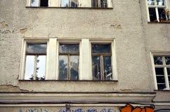 Ventana vieja con las escaleras detrás imagenes de archivo