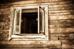 Ventana vieja de la casa foto de archivo
