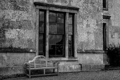 Ventana vieja de la casa con el banco Imagenes de archivo