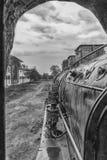Ventana vieja de la locomotora de vapor con vistas a exterior fotos de archivo libres de regalías