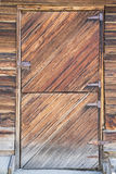 Ventana vieja de la puerta de granero de la fractura de madera foto de archivo libre de regalías