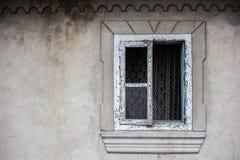 Ventana vieja de un edificio gris envejecido de la arquitectura imagenes de archivo