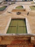 Ventana vieja de Venecia Italia con los obturadores verdes Imagen de archivo