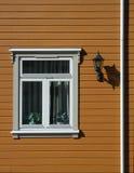 Ventana vieja decorativa en la pared marrón Imagen de archivo libre de regalías