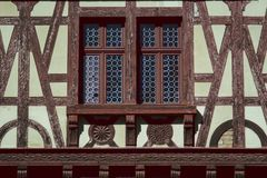 Ventana vieja del castillo en Rumania imagenes de archivo