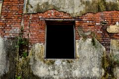 Ventana vieja del da?o con el fondo ancho del paisaje de la pared del da?o fotos de archivo libres de regalías