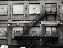 Ventana vieja del ladrillo con el vidrio y las escaleras fotos de archivo libres de regalías