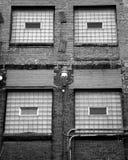Ventana vieja del ladrillo con el vidrio y las escaleras imagen de archivo