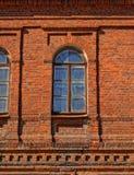 Ventana vieja en un edificio de ladrillo rojo Imágenes de archivo libres de regalías