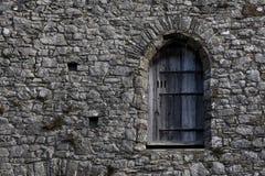 Ventana vieja en un edificio de piedra Fotografía de archivo libre de regalías
