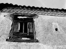Ventana vieja en una casa abandonada Fotos de archivo libres de regalías