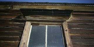Ventana vieja en una casa de campo fotografía de archivo libre de regalías