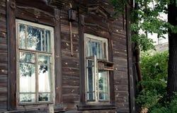 Ventana vieja en una casa de madera Foto de archivo