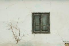 Ventana vieja y pared agrietada Foto de archivo libre de regalías