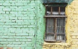 Ventana vieja y pared verde con el espacio para el texto Imagenes de archivo