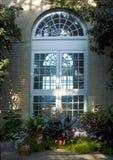 Ventana y arco adornados Foto de archivo libre de regalías