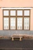 Ventana y banco de la casa vieja Fotos de archivo