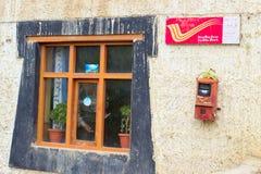 Ventana y buzón de la oficina de correos en la India fotografía de archivo libre de regalías