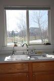 Ventana y cabinas modernas de la cocina fotografía de archivo libre de regalías