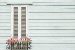 Ventana y flor europeas del estilo Imagenes de archivo