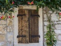 Ventana y flores de madera Imagen de archivo libre de regalías