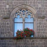 Ventana y flores góticas imagenes de archivo
